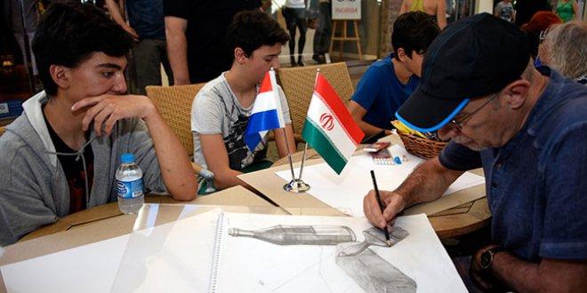 Karikatürün ustaları çocuklarla çizim yaptı