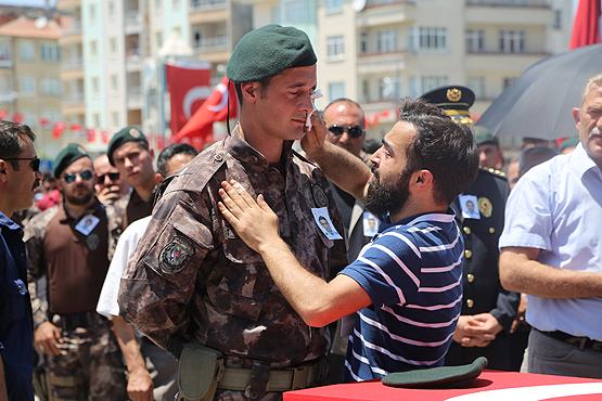 Polisin gözyaşlarını şehidin kardeşi sildi