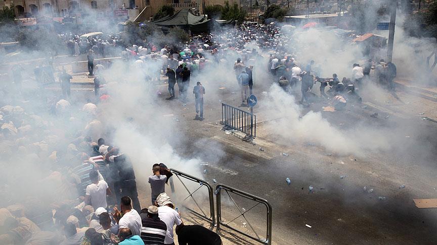 İsrail polisi cuma namazına giden cemaati vurdu