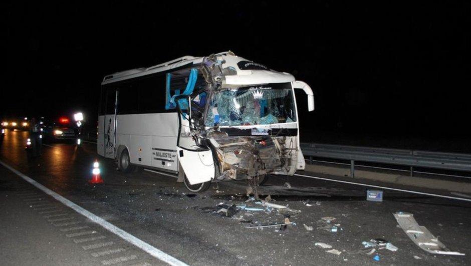 Minibüs tıra çarptı: 16 yaralı