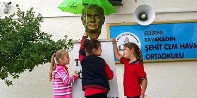Atatürk'ü yağmurdan koruyan minikler