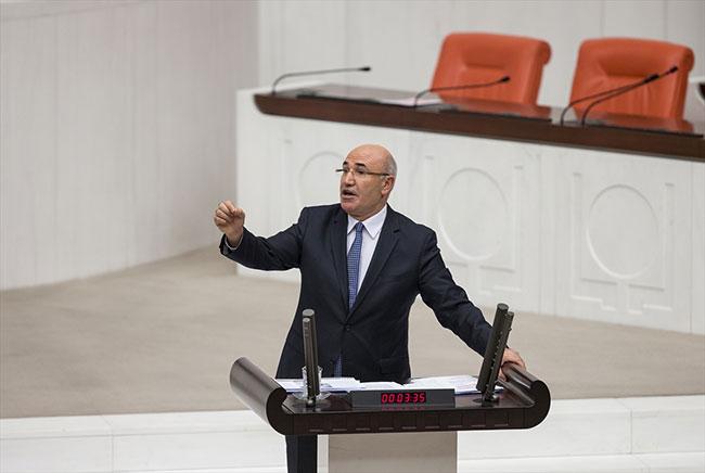 CHP'li Tanal Meclis'te ayakkabısını çıkararak protesto etti