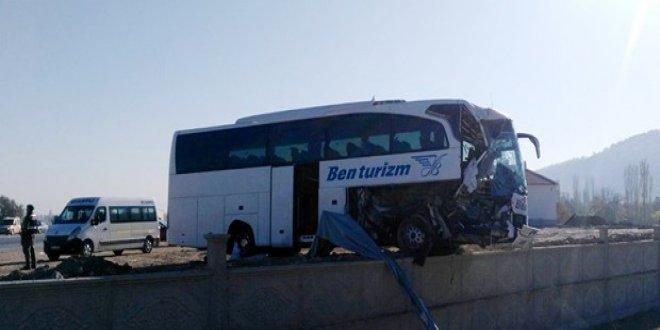 Yolcu otobüsü TIR'a çarptı: 1 ölü
