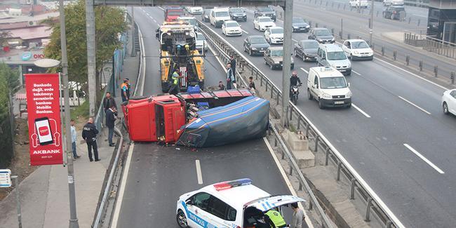 Devrilen kamyonet E-5'i tıkadı