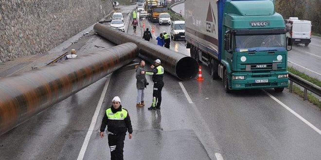 Karayoluna 25 tonluk borular devrildi