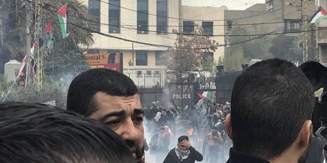 Beyrut'ta protestocular ABD Büyükelçiliği'ne girmek istedi!