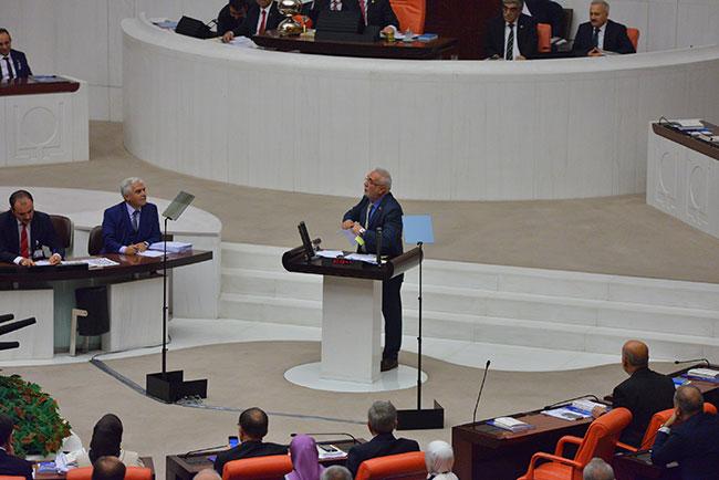 AKP'li Mustafa Elitaş, Man Adası belgelerini Meclis'te parçaladı