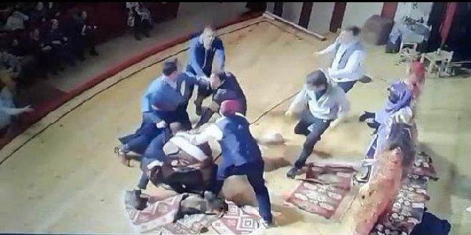 Tiyatro sahnesinde oyuncuya tekme-tokat saldırdı
