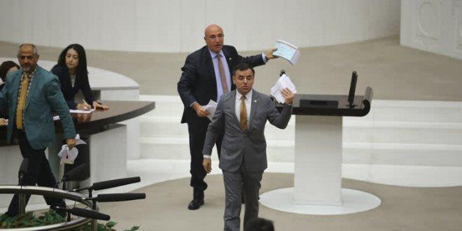 Meclis'te 'kağıt yırtma' gerginliği
