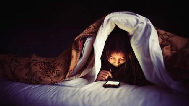 Akıllı telefonlar uyku düzenini olumsuz etkiliyor