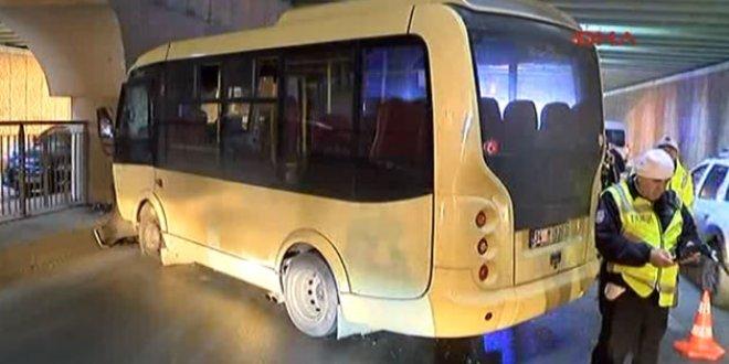 Topkapı'da yolcu minibüsü ile kamyonet çarpıştı