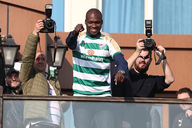 Moussa Sow imza töreninde üçlü çektirdi