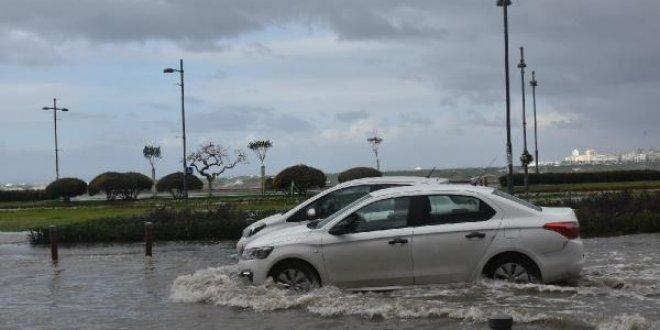 Fırtına vuran İzmir sele teslim