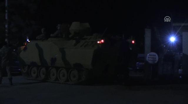 Tanklar sınır kapısından geçmeye başladı