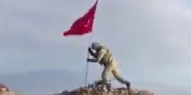Mehmetçik Darmık Dağı'na Türk Bayrağı'nı böyle dikti