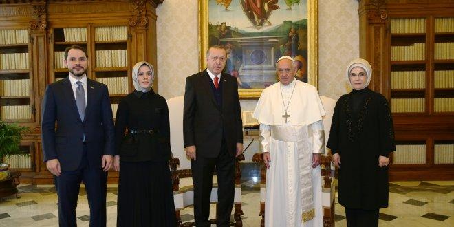 Erdoğan ve Trump, Papa ziyaretinde aynı pozu verdi!
