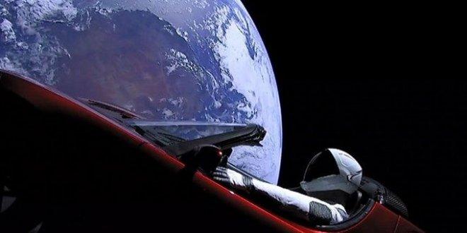 Uzaya gönderdiği Tesla'nın fotoğrafını paylaştı