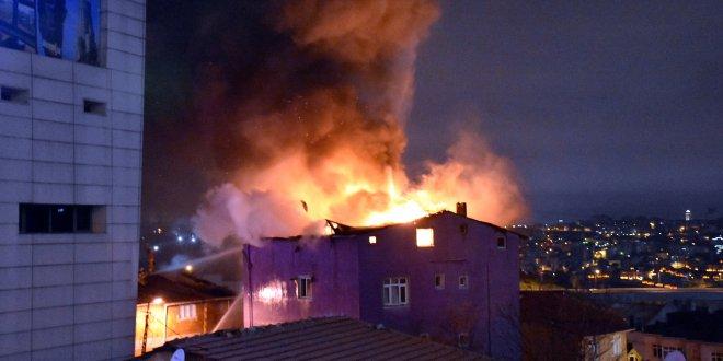 5 katlı binanın en üst katı alev alev yandı