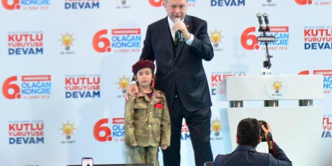 Erdoğan bordo bereli küçük kızı yanına çağırdı
