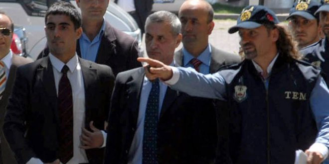 Her kumpasın altından çıkan polis tutuklandı!