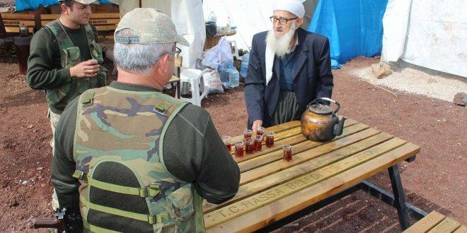 85 yaşındaki Hacı Muhammet, Mehmetçiğe çay servisi yapıyor