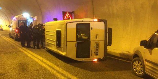 Çevik kuvvet minibüsü devrildi
