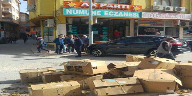 Çiftçi isyan etti, tütünleri AKP binasının önüne döktü!