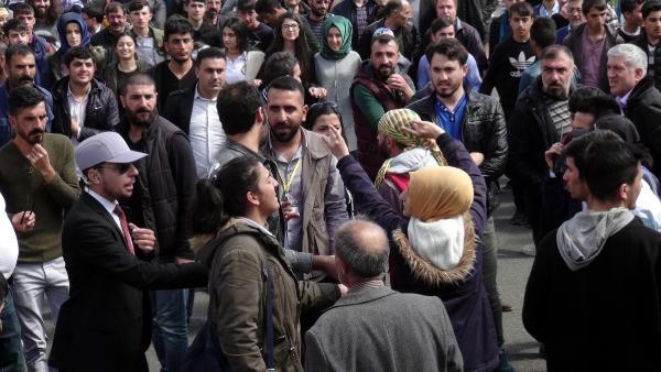 HDP'liler bozkurt işareti yapan şehit yakınına saldırdı