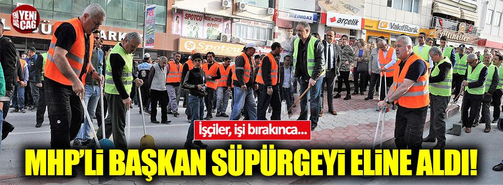İşçiler bırakınca, MHP'li Belediye Başkanı sokakları temizledi