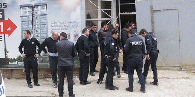 Kadıköy'de polise kürekli saldırı