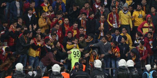Kayserispor taraftarı 5 gol yiyen genç kaleciyi bağrına bastı