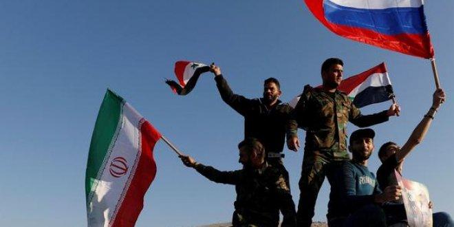 Suriyeliler sokaklara döküldü... Ellerde Rusya ve İran bayrakları!