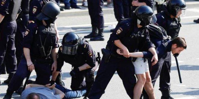 Putin karşıtlarına polis müdahale etti