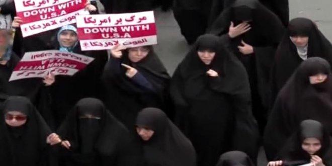 """İran'da Trump öfkesi: """"Protestocular Trump'ın kuklasını ateşe verdi"""""""