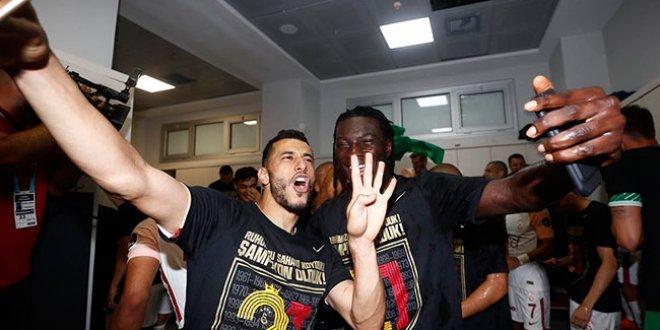 Galatasaray soyunma odasında şampiyonluk kutlaması