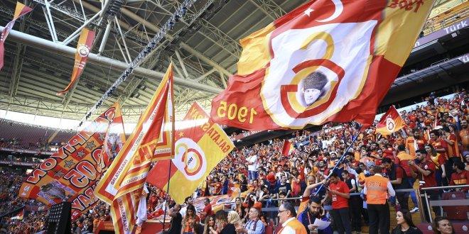 Galatasaray tribünleri Aziz Yıldırım tezahüratıyla inledi