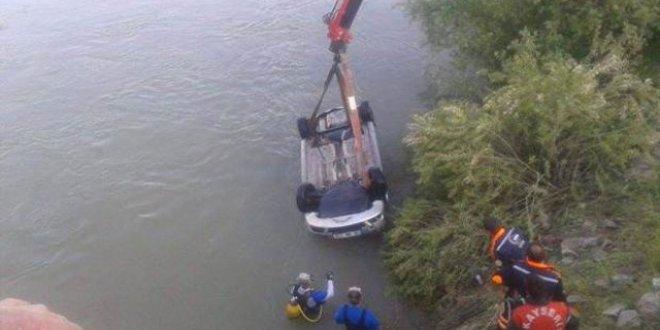 Nehre düşen arabada 2 kişi öldü