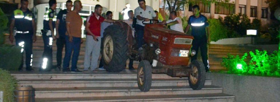 Atık tesisine muhtardan traktörlü protesto