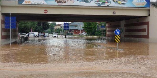 Kocaeli'de caddeler göle döndü!
