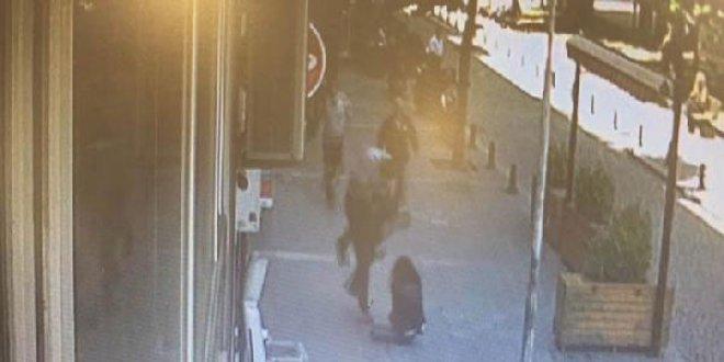 Sokakta karısını döven adama kafa attı