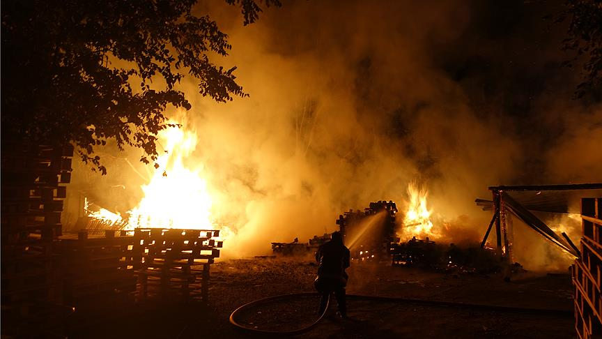 Bursa'da palet imalathanesinde yangın