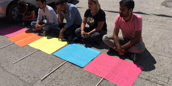 CHP'li gençler oturma eylemi başlattı