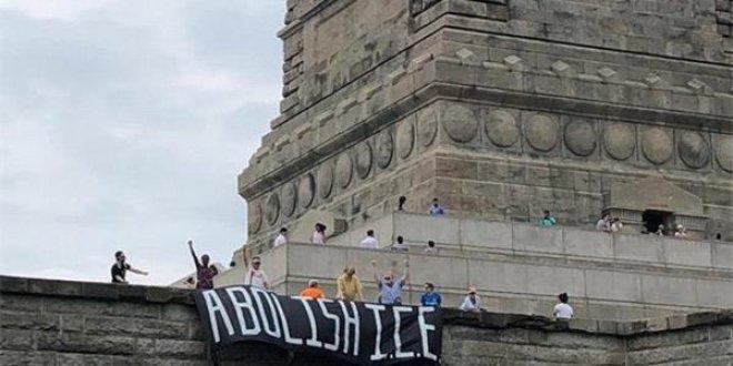Özgürlük Anıtı'nda Trump protestosu