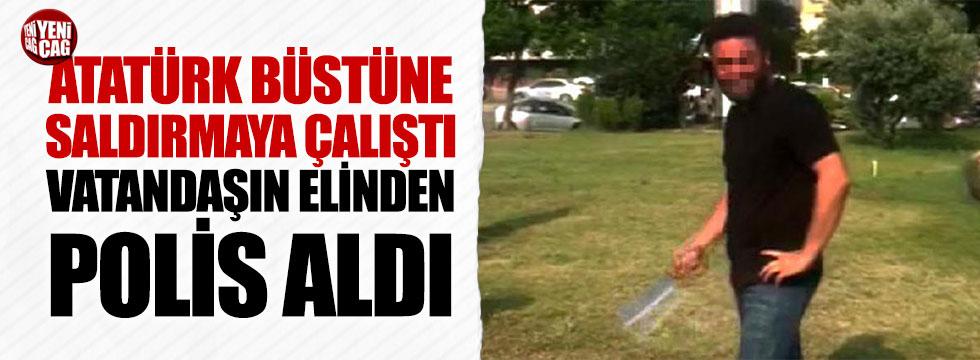 Atatürk büstüne satırla saldırmaya çalıştı: Linçten polis kurtardı