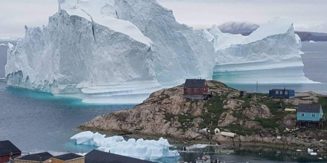 Devasa buzdağı bir köyü tehdit ediyor