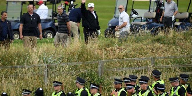 Trump, protestolara rağmen golf oynadı