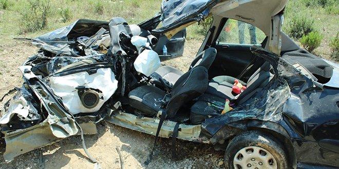 Yalova'da kamyon ile otomobil çarpıştı