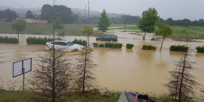 Araçlar su basan yolda kaldı
