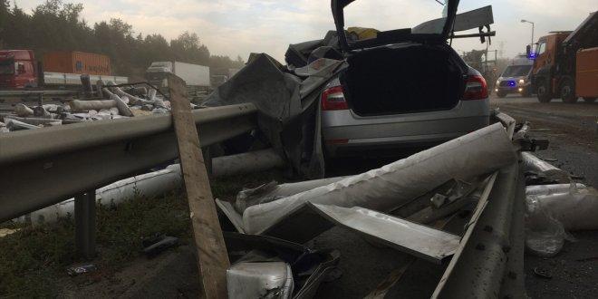 Karşı şeride geçen tır kamyonla çarpıştı
