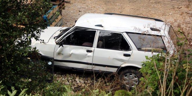 Otomobil fabrika bahçesine düştü